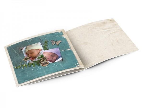 Faire-part baptême - Deux photos posées sur un fond turquoise